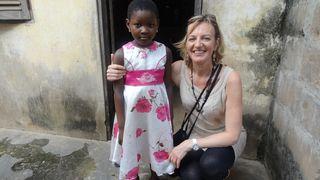 Chantal avec sa filleule au Togo