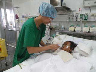 20130829_084644 DR PHALLY nourrit enfant en réa ROEUN PIsey